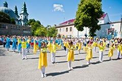 Bila, Ucrania - 27 de mayo de 2016: La línea de la escuela está en patio con Imágenes de archivo libres de regalías