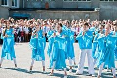 Bila, Ucrania - 27 de mayo de 2016: La línea de la escuela está en patio con Imagen de archivo libre de regalías