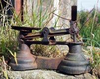 Bilance del ferro arrugginito in una regolazione rurale all'aperto fotografia stock libera da diritti