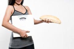 Bilance e pane della tenuta della donna di dieta Fotografie Stock Libere da Diritti
