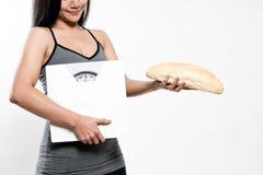 Bilance e pane della tenuta della donna di dieta Fotografia Stock