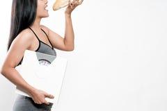 Bilance e pane della tenuta della donna di dieta Fotografia Stock Libera da Diritti