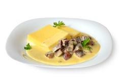 Bilancia con il piatto nazionale caucasico esotico della pasta e della salsa di Kabardian Immagine Stock