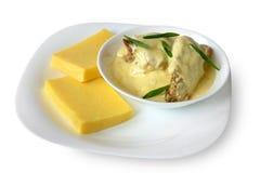 Bilancia con il piatto nazionale caucasico esotico della pasta e della salsa di Kabardian Fotografie Stock
