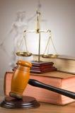 Bilancia della giustizia, martelletto e libri dorati Immagine Stock Libera da Diritti