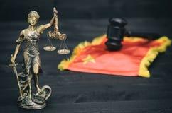 Bilancia della giustizia, signora Justice, giudice Gavel davanti alla bandiera della Cina fotografia stock libera da diritti