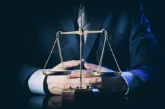 Bilancia di giustizia, avvocato nel fondo Immagini Stock