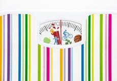 Bilancia pesa-persone con le icone di forma fisica sul quadrante Immagine Stock