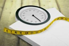 Bilancia pesa-persone con nastro adesivo di misurazione, primo piano Fotografia Stock Libera da Diritti