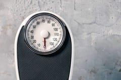 Bilancia pesa-persone su fondo grigio fotografia stock