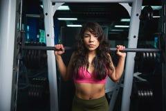 Bilanciere di sollevamento della donna sportiva Fotografia Stock