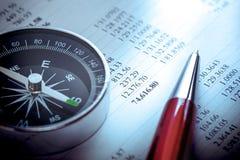 Bilancio, bussola e penna Immagine Stock