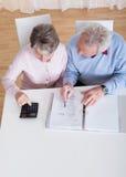 Bilancio calcolatore delle coppie senior Immagini Stock