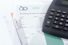Bilancio di nozze con il calcolatore e la penna Immagine Stock Libera da Diritti