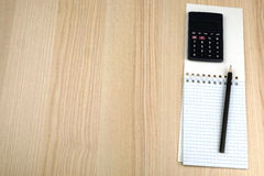 Bilancio familiare Calcolatore, blocco note, matita immagini stock