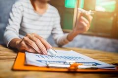 Bilancio finanziario di imposta calcolatrice femminile del ragioniere nell'ufficio fotografia stock