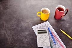 Bilanzauffassung mit Taschenrechner und Tabelle Lizenzfreie Stockbilder