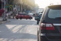 Bilar är på en väg med ingen trafik Arkivbild