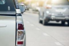 Bilar är på en väg med ingen trafik Royaltyfria Foton