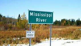 Bilar att närma sig bron över Mississippi River, sedd flödande nord nära den Itasca delstatsparken, stock video
