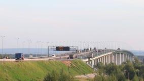 Bilar, bussar och lastbilar flyttar sig på bron med tidbrädet på sommardagen, tidschackningsperiod arkivfilmer