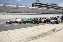 Bilar för öppet hjul för IRL ror tävlings- på grop Royaltyfri Foto
