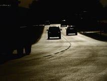 Bilar för gatasolnedgångkontur Arkivfoto