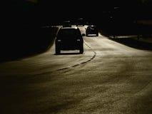 Bilar för gatasolnedgångkontur Royaltyfri Fotografi