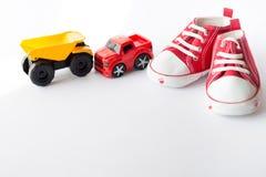 Bilar för leksaker för unge för garnering för bästa sikt för tabell för att framkalla bakgrundsbegrepp Behandla som ett barn röda fotografering för bildbyråer