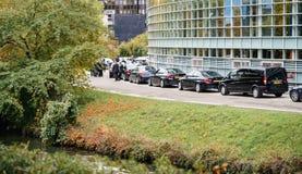Bilar för säkerhetspersonal och limousineför diplomater under president Arkivbild