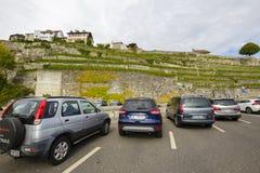 Bilar från olika länder på parkeringen Arkivbild