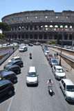 Bilar framme av Colosseum Royaltyfri Foto