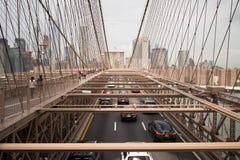 Bilar & gångare på den Brooklyn bron, New York City Royaltyfri Bild