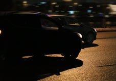Bilar går på nattstaden Royaltyfria Foton