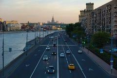 Bilar i aftonen på trafikljusen, översidasikt arkivfoton
