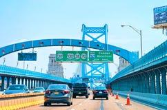 Bilar i Benjamin Franklin Bridge i nytt - ärmlös tröja royaltyfria bilder