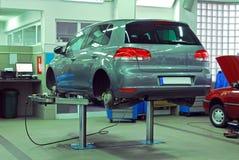 Bilar i den automatiska servicen royaltyfria foton
