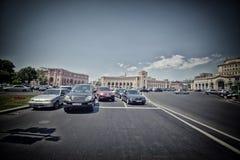 Bilar i den Yerevan staden, lopp, turism, arkitektur som är gammal, folk, huvudstad, byggnad, gata, asia, Kaukasus, destination Arkivfoto