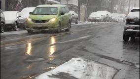 Bilar i en snöstorm arkivfilmer