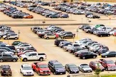 Bilar i flygplatsparkeringsplatsen på diameter Arkivbild
