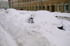 Bilar i gatan efter snöstorm Fotografering för Bildbyråer