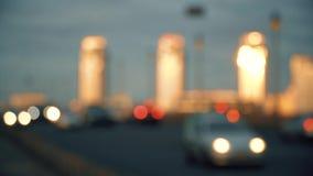 Bilar i huvudväg i aftonstadsdefocus stock video