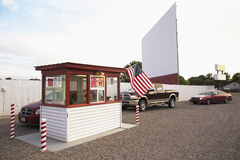 Bilar i linjen köpandebiljetter till stjärnan kör i filmbiografen, Montrose, Colorado, USA arkivfoton