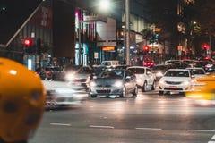 Bilar i Melbourne CBD på natten royaltyfria foton