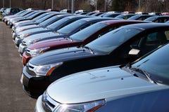 Bilar i ny billott Arkivbild