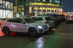 Bilar i parkeringsplatsen på gatan på natten royaltyfri foto