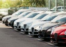 Bilar i rad på klart till salu för återförsäljare Arkivfoton