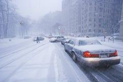 Bilar i vinterstorm och ny snö på rutt 80/95 i fortlä som är ny - ärmlös tröja från New York City, NY Royaltyfria Bilder