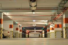 Bilar inom stor underjordisk parkering Arkivfoton