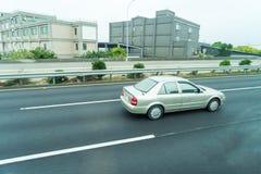 Bilar kör i morgonen Royaltyfri Bild